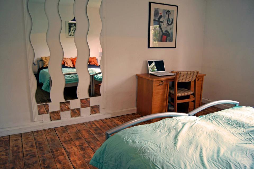 Das Schlafzimmer mit Arbeitstisch